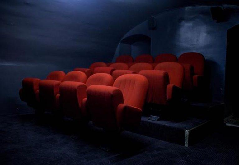 sièges rouges cinéma appartement 235