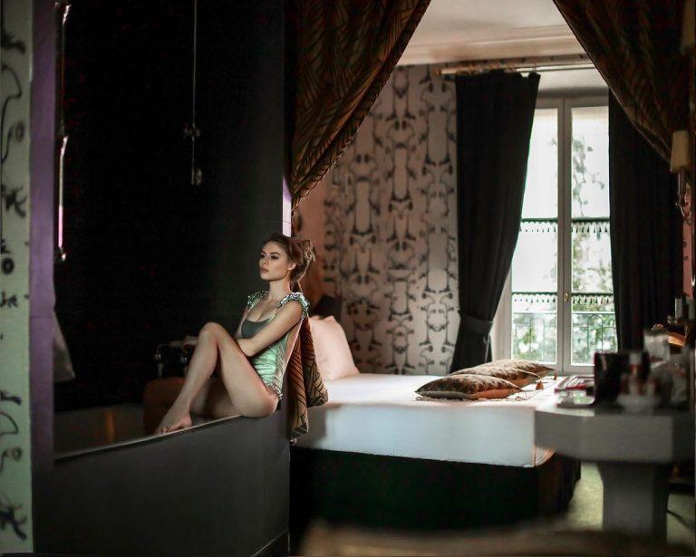 shooting femme suite arbre oreilles hôtel particulier montmartre